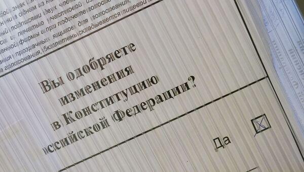 В Консульском отделе Посольства РФ в Латвии прошло досрочное голосование граждан России по вопросу одобрения изменений в Конституции Российской Федерации - Sputnik Latvija