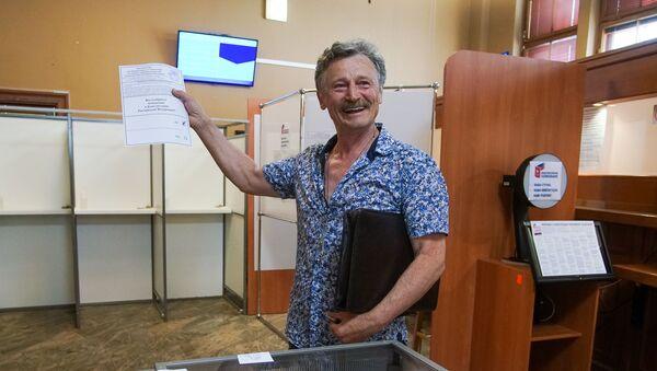 В консульском отделе Посольства РФ в Латвии прошло досрочное голосование граждан России по вопросу одобрения изменений в Конституции Российской Федерации - Sputnik Латвия