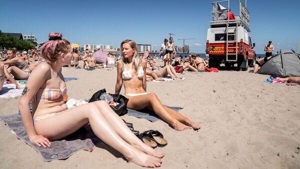Девушки загорают на пляже недалеко от Копенгагена, Дания - Sputnik Латвия