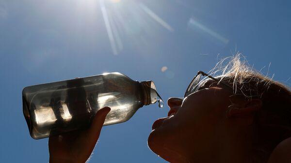 Женщина пьет воду в парке в центре Брюсселя, Бельгия - Sputnik Latvija