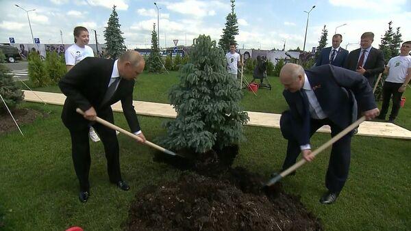 Putins un Lukašenko atklāja pie Rževas memoriālu Padomju kareivim - Sputnik Latvija