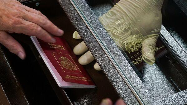 Голосование по вопросу принятия поправок в Конституцию РФ в здании посольства РФ в Латвии - Sputnik Латвия