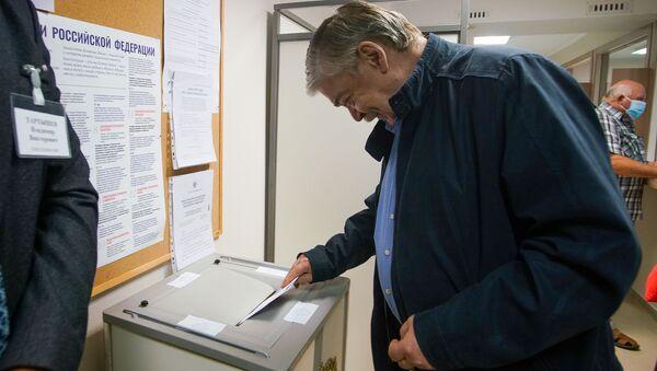 Посол России в Латвии Евгений Лукьянов голосует на избирательном участке в здании посольства - Sputnik Латвия