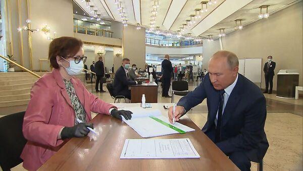 Владимир Путин проголосовал по поправкам к Конституции РФ - Sputnik Латвия