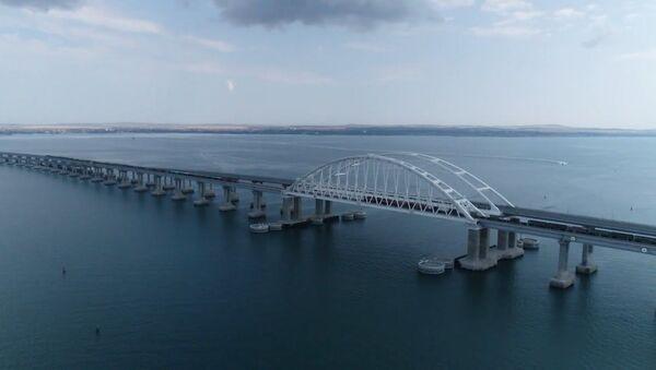 По Крымскому мосту впервые прошли грузовые поезда: какие товары повезут в Крым - Sputnik Латвия
