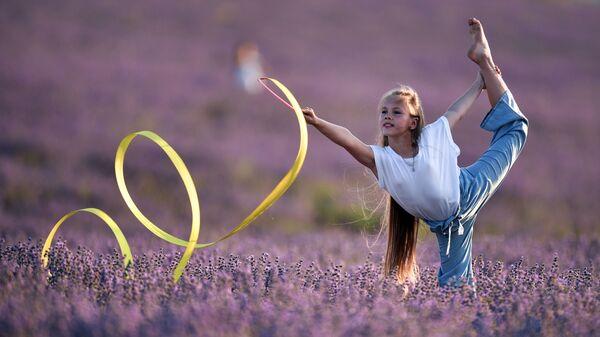 Девочка с лентой на лавандовом поле в Крыму - Sputnik Латвия
