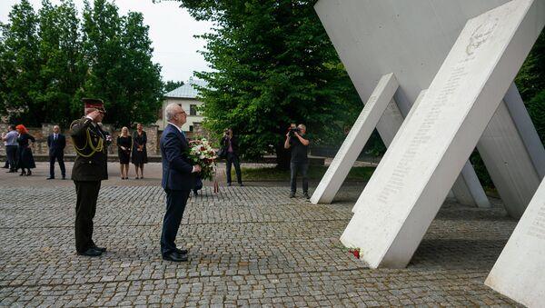 Президент Латвии Эгилс Левитс у мемориала памяти жертв Холокоста - Sputnik Латвия