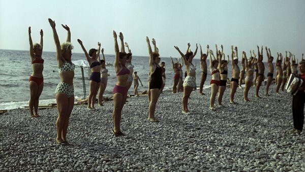 Оздоровительная гимнастика на пляже Туапсе, Краснодарский край, 1963 год - Sputnik Latvija
