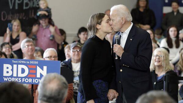 Кандидат в президенты от Демократической партии, бывший вице-президент Джо Байден целует свою внучку Финнеган Байден во время предвыборного выступления, 2020 год - Sputnik Latvija