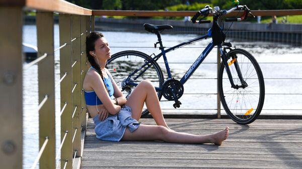 Девушка отдыхает на территории парка ВДНХ в Москве - Sputnik Латвия