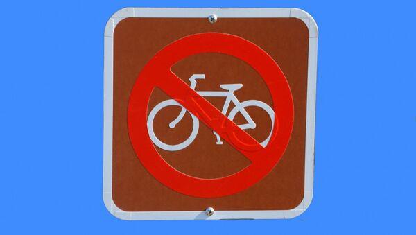 Zīme Braukt ar velosipēdu aizliegts. Foto no arhīva - Sputnik Latvija