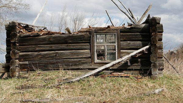 Полуразрушенный дом в отселенной деревне - Sputnik Латвия