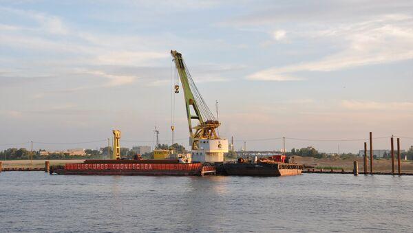 Плавучий кран на острове Русский - Sputnik Latvija