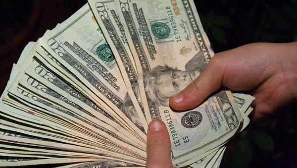 Dolāri rokās. Foto no arhīva - Sputnik Latvija