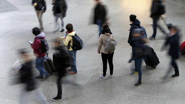 Пассажиры пребывают на железнодорожный вокзал в Мюнхене - Sputnik Latvija