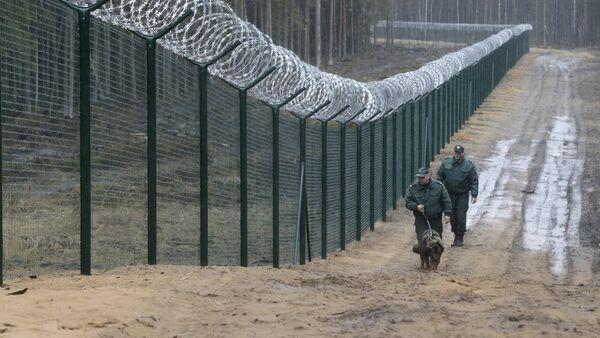 Пограничники с собакой патрулируют границу Латвии и России - Sputnik Латвия