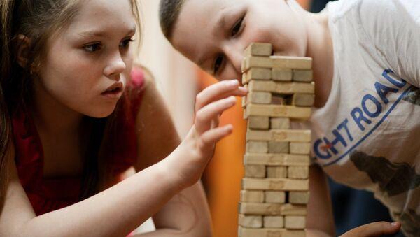Дети играют в настольные игры - Sputnik Latvija