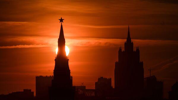Одна из башен Московского Кремля на закате - Sputnik Latvija
