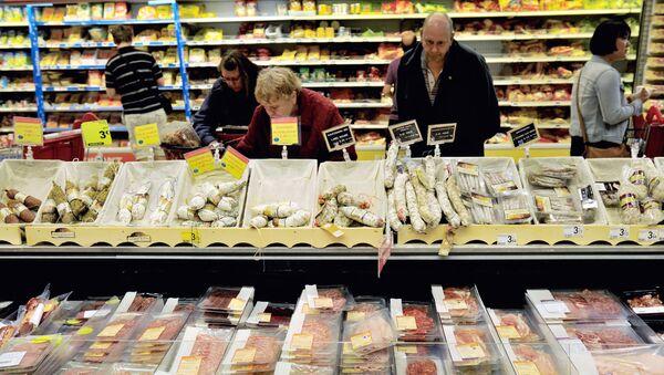 Покупатели в магазине Ашан во Франции - Sputnik Латвия