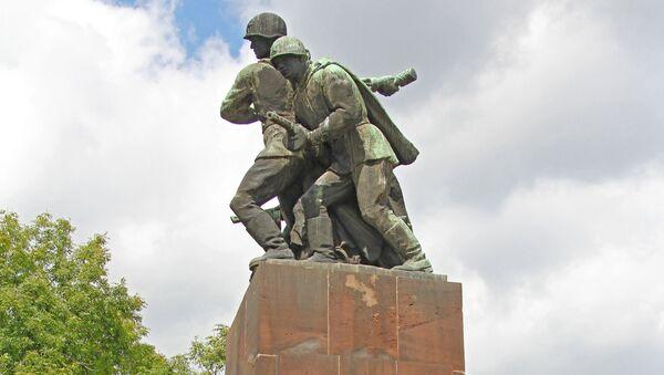Памятник советским воинам в Варшаве - Sputnik Latvija