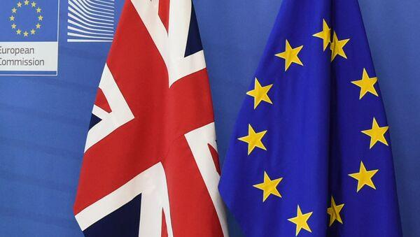 Lielbritānijas un Eiropas Savienības karogi - Sputnik Latvija