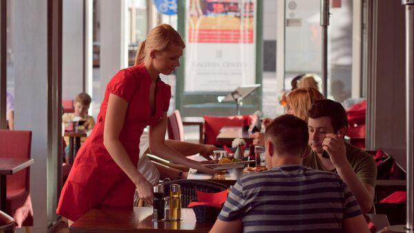Официантка в кафе - Sputnik Latvija