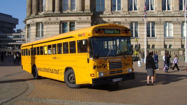 Школьный автобус возле здания школы в Великобритании. - Sputnik Латвия