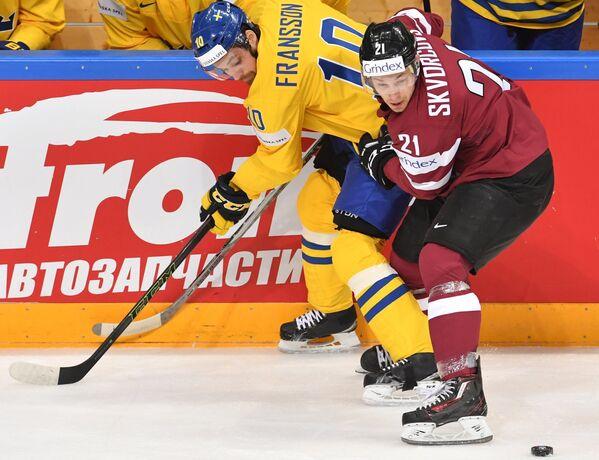 Игрок сборной Швеции Юхан Франссон (слева) и игрок сборной Латвии Гунарс Скворцов - Sputnik Латвия