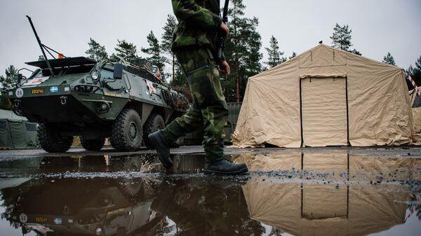 Солдат ВС Швеции возле Patria XA-360 AMV - Sputnik Latvija