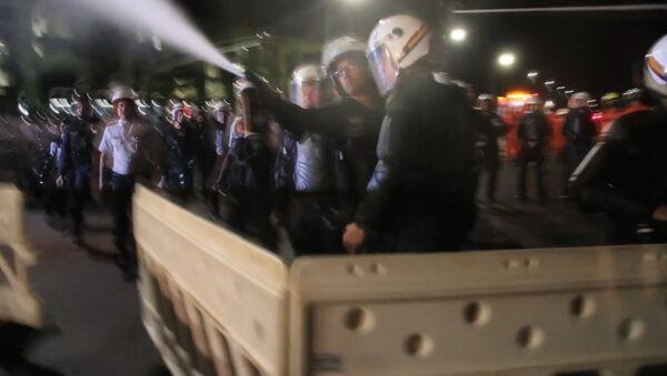 Бразильские полицейские газом разгоняли сторонников Роуссефф у здания сената - Sputnik Latvija