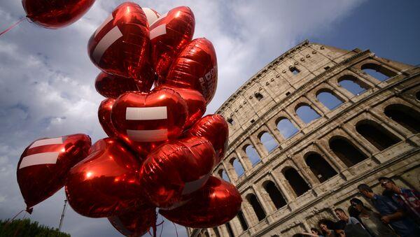 Воздушные шары в форме сердца возле Колизея во время гей-парада (ЛГБТ) в Риме - Sputnik Latvija