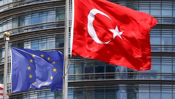 Turcijas un Eiropas Savienības karogi - Sputnik Latvija