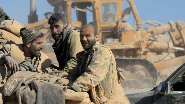 Бойцы сирийской армии и ополчения на подступах к городу Эль-Карьятейн в Сирии - Sputnik Латвия
