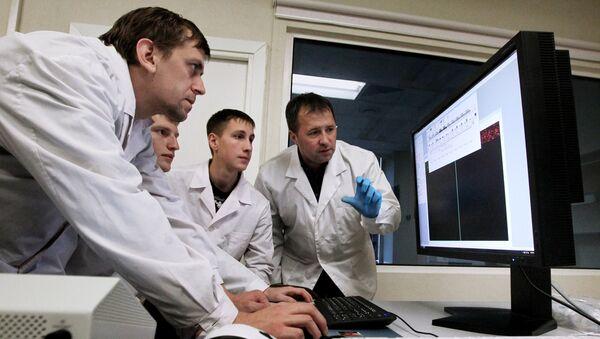 Ученые в лаборатории - Sputnik Латвия