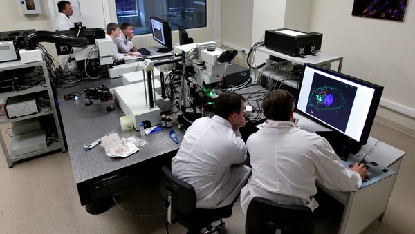 Ученые в лаборатории - Sputnik Latvija