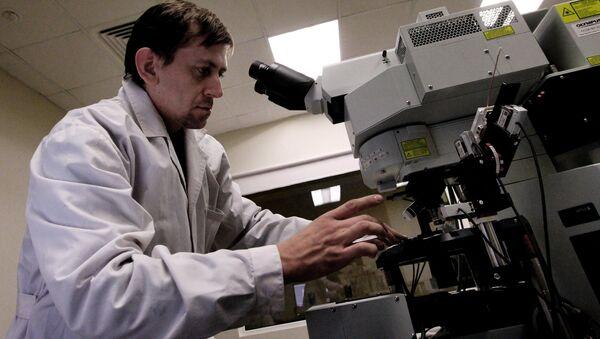 Ученый в лаборатории - Sputnik Latvija