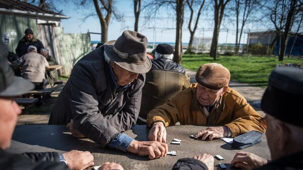 Pensionāri spēlē domino - Sputnik Latvija
