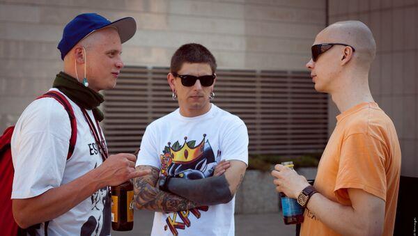 Молодые люди на улице - Sputnik Latvija