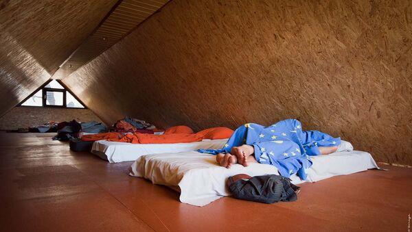 Спящие люди на мансарде - Sputnik Latvija