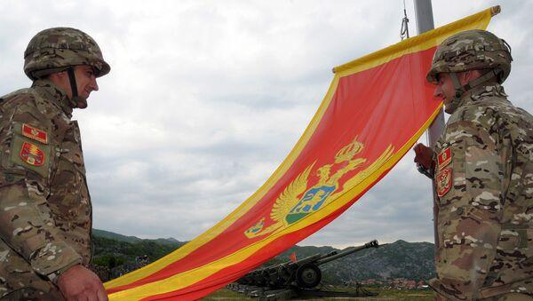 Черногорские солдаты с флагом Черногории - Sputnik Латвия