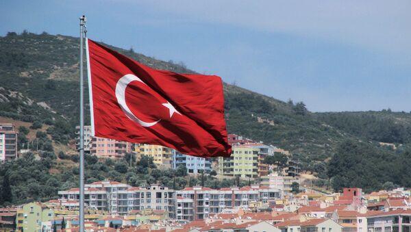 Турецкий флаг на фоне города и гор. - Sputnik Латвия