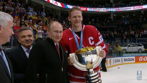 Путин поздравил сборную Канады с победой в ЧМ по хоккею и вручил капитану кубок - Sputnik Latvija