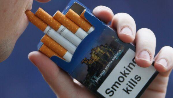 Надпись Курение убивает на пачке сигарет.  - Sputnik Latvija