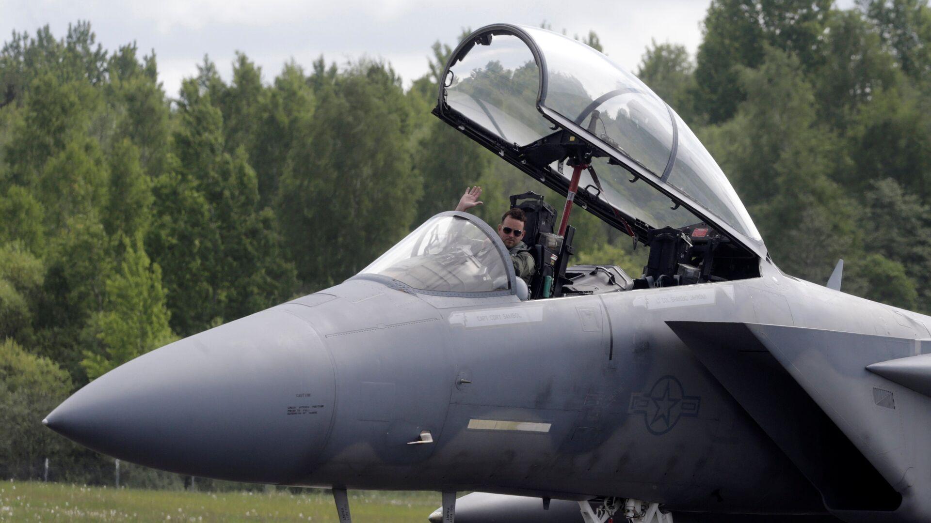 Пилот истребителя F-15 Eagle на военной авиабазе в Лиелварде - Sputnik Латвия, 1920, 21.04.2021
