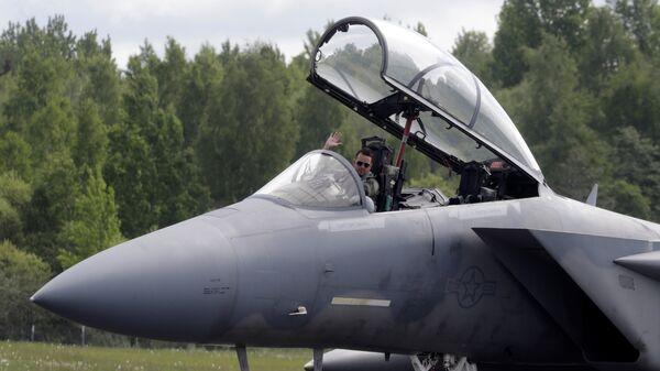 Пилот истребителя F-15 Eagle на военной авиабазе в Лиелварде - Sputnik Латвия