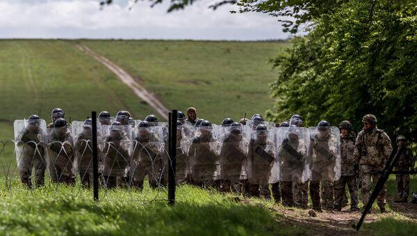 Солдаты латвийской армии во время учений в Великобритании - Sputnik Latvija