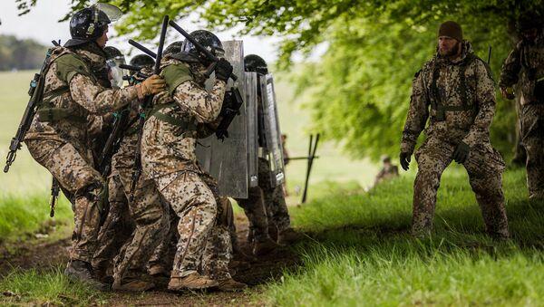 Солдаты латвийской армии во время учений в Великобритании - Sputnik Латвия
