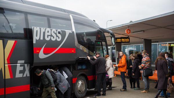 Посадка пассажиров в автобус фирмы Lux Express на автостанции Таллинна - Sputnik Latvija