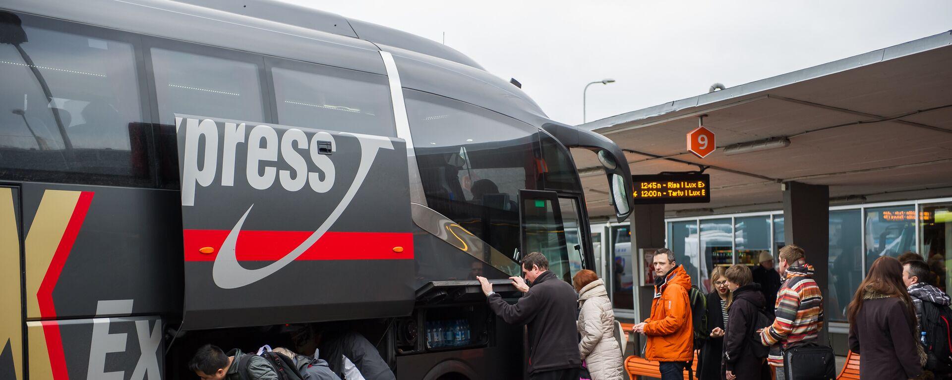 Посадка пассажиров в автобус фирмы Lux Express на автостанции Таллинна - Sputnik Латвия, 1920, 17.06.2021
