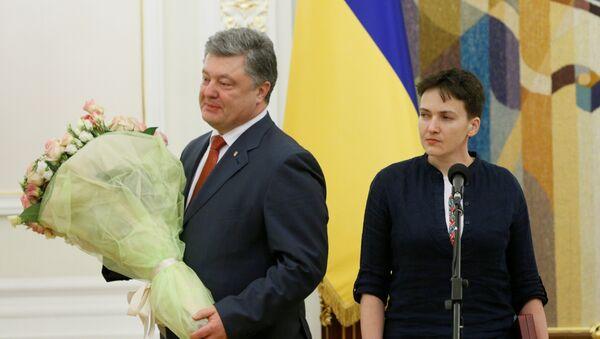 Президент Украины Петр Порошенко и украинская военнослужащая Надежда Савченко, которой присвоено звание Героя Украины, во время вручения ордена Золотая Звезда - Sputnik Latvija